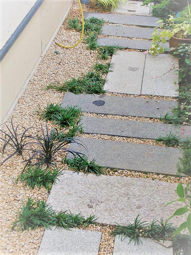 石の小道と植栽の庭づくり