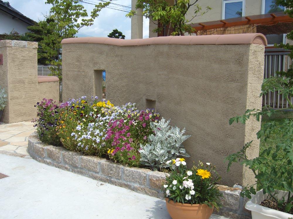 塗り壁の門柱と瓦の笠木ブロバンス風
