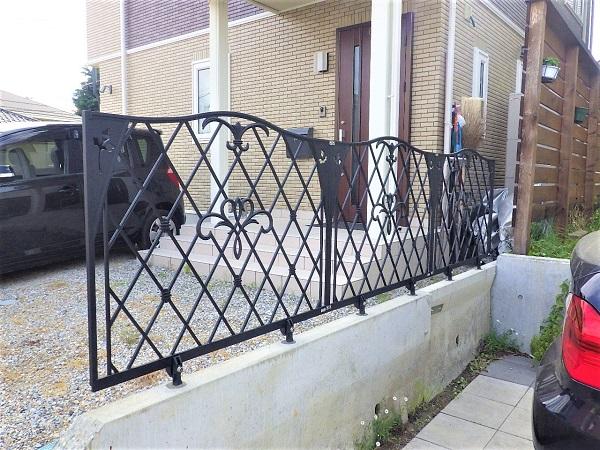 アイアン風 おしゃれな鋳物フェンスで素敵な庭に