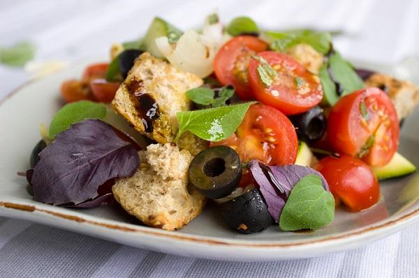 トマトとパンのサラダ