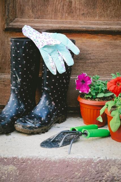 狭い庭を作るコツ!庭仕事で使う道具をデザイン的なものに