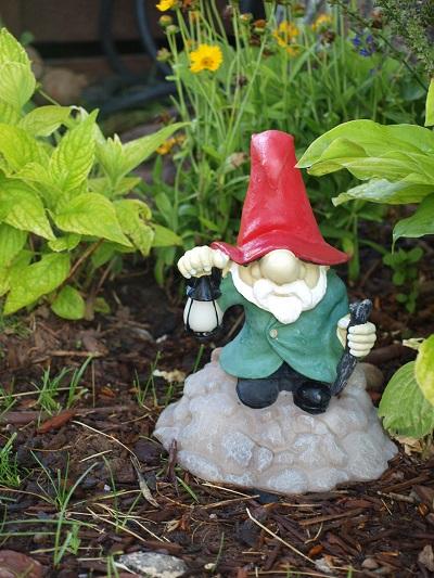 狭い庭を作るコツ!さりげない置物