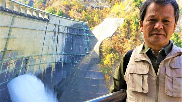 黒部ダムの放水です!!! この放水観覧ステージは、バリアフリーなので移動が楽です。 せり出しているので、ちょっと緊張感も。。。汗