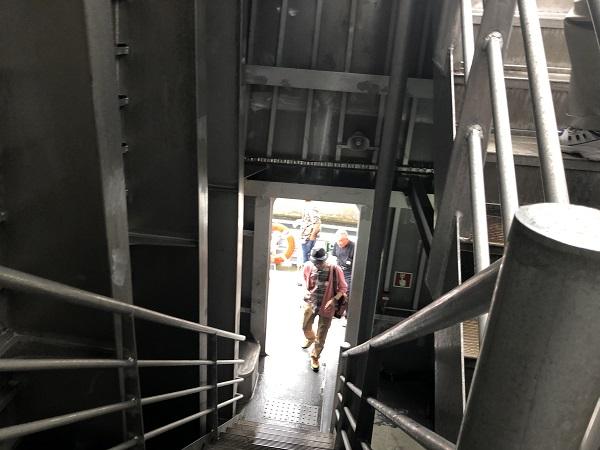 無事、乗船しました! これで、階段を上って2階の指定席へ向かいます。