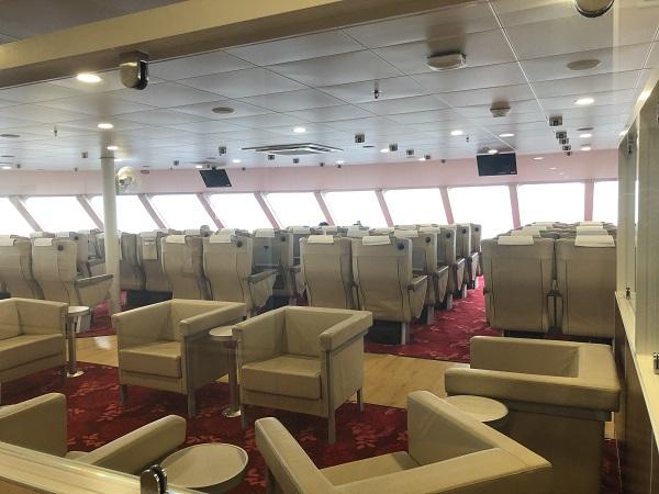 1等席は、ちょっと豪華なリクライニングシートで、目の前180度パノラマビューの席で、+1000円でランクアップできます。