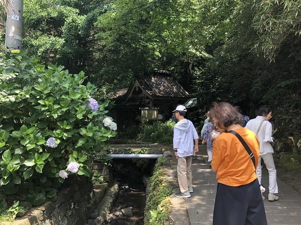 お寺の横には小川が流れています。