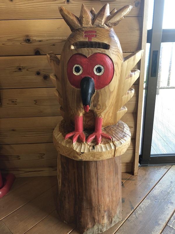 そして、白雲台の施設内へ。 中は、お土産屋さんになってます。木彫りのトキポスト