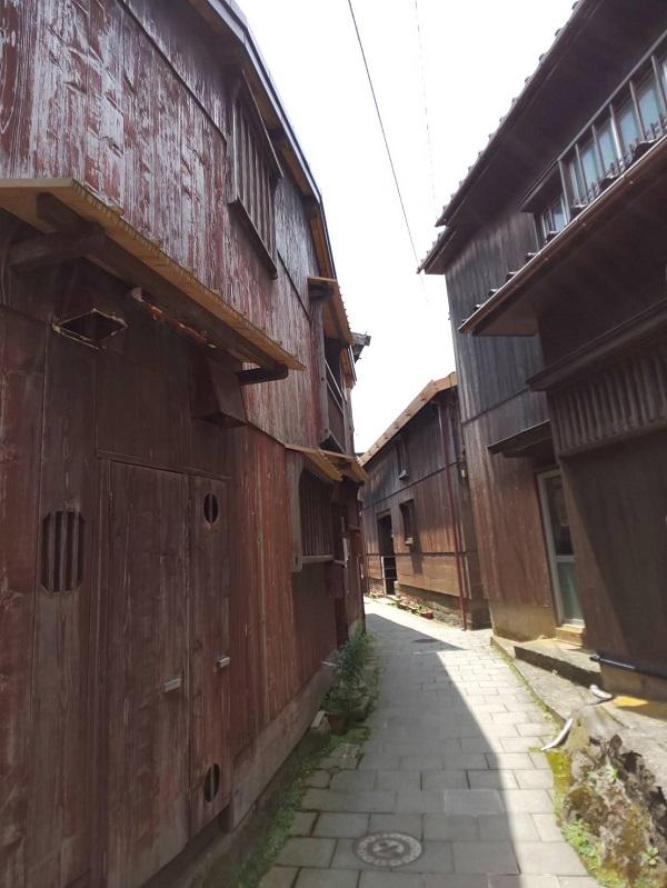 そんな船大工の町『宿根木』は石置き木羽葺(こばぶ)き屋根も見どころです!!