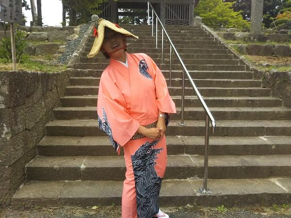 佐渡金山 宗太夫抗を出てバスへ戻ると、ガイドさんが佐渡おけさ(佐渡に伝わる民謡)に衣装替えしていました!!