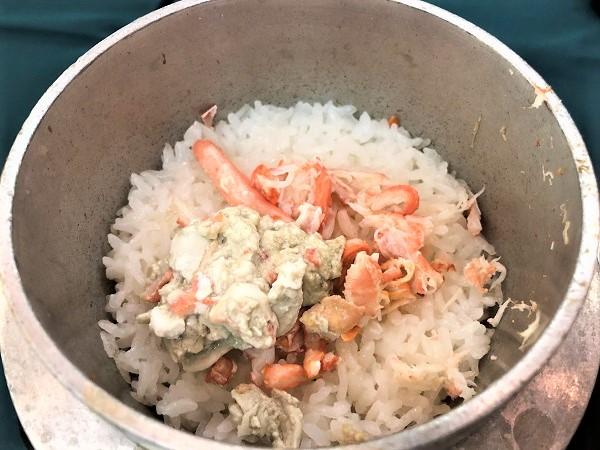 釜めしの中は、佐渡産のコシヒカリです! よりおいしく食べるために、とっておいたカニの身を入れてカニ飯にしてみました(*´з`)