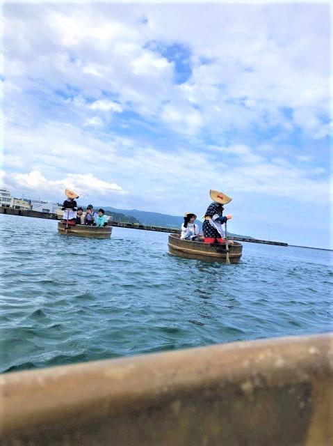 今回体験するのは小木港のたらい舟乗り場からでしたが、この2日間観光で周った宿根木など様々な場所でたらい舟体験を見かけたので、佐渡の名物なんでしょうね!