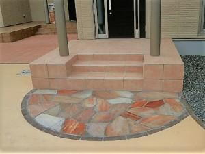 玄関アプローチの自然石貼り松本市ピンク