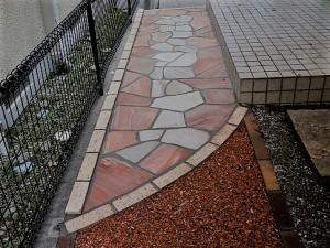玄関アプローチの自然石貼り松本市ピンクホワイト