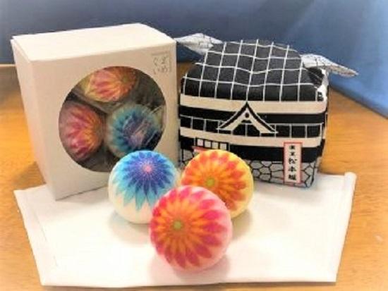 松本城の中に手まりが入ったかわいいお菓子