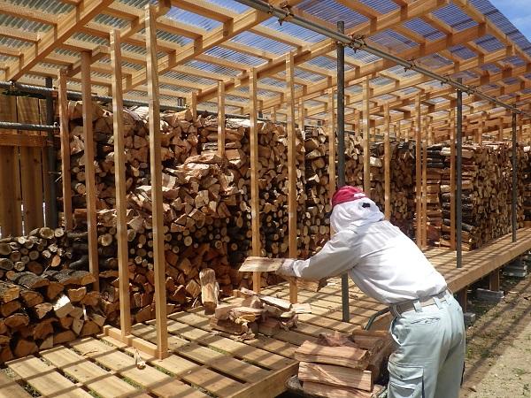 薪棚へ収納