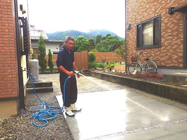 スベリ止め効果のある刷毛引き仕上げ(はけびきしあげ)のコンクリート駐車場