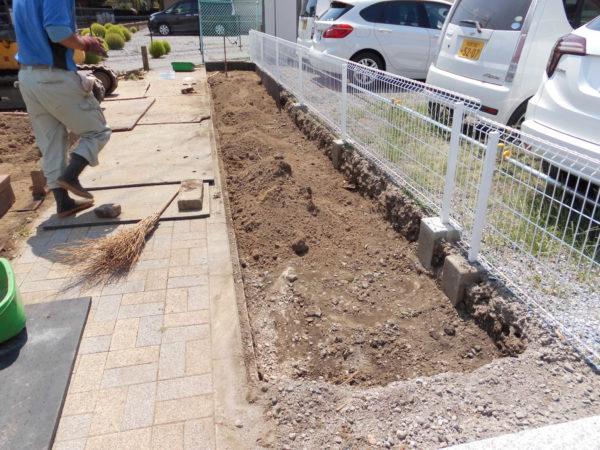 お庭の中で、駐車場やエントランスの横など使っていない隙間のデッドスペースを有効活用して、家庭菜園を作ります。